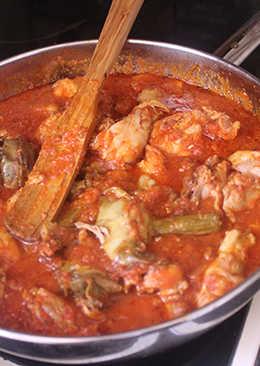 Pollo con tomate y alcachofas (España)