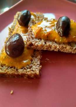 Aperitivo vegano. Mojo rojo con aceitunas y pan de centeno