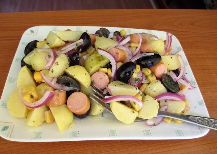 Ensalada de patatas nuevas con Frankfurt de pollo,maíz, uvas negras y cebolla morada
