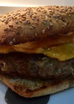 Hamburguesa de secreto gratinada a los dos quesos 🍔🥓🍅🧀