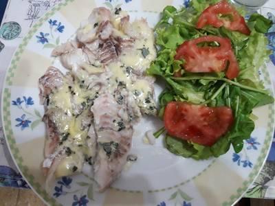 Filet de 🐟 con roquefort (queso azul) y ensalada!