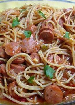Fideos con salchichas de viena cocidos en salsa de tomate