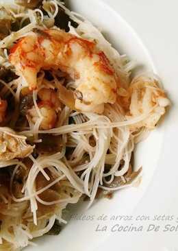 Fideos de arroz con setas y gambones