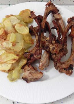 Barbacoa de chuletillas de cordero con patatas fritas