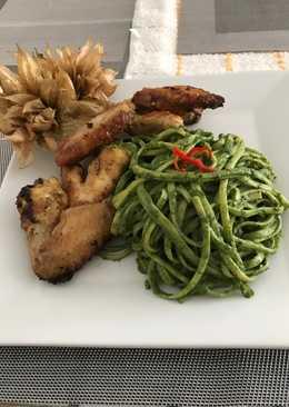 Tallarines con salsa verde y alitas de pollo a lo Carmelita