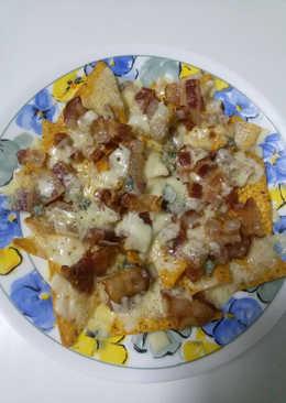 Nachos con chorizo y queso azul