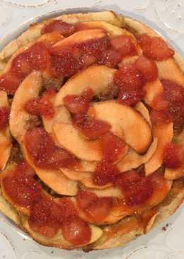 Tarta de manzana con salsa de fresas