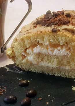 Enrollado relleno de nata con cobertura de crema pastelera de café
