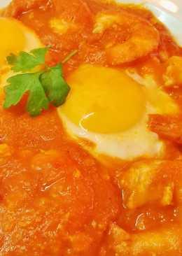 Huevos fritos con langostinos en sofrito casero