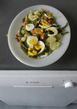 Ensalada de judías verdes con patata trocitos de tomate y huevo