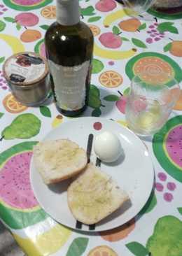 Pan con ajo, aceite, sal y huevo duro