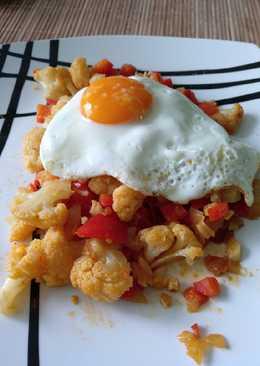 Coliflor con pimientos y huevo