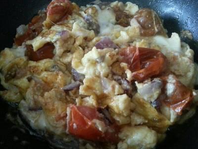 Revuelto de tomates, cebolla y queso