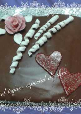 Tarta rellena de nata y cobertura de chocolate
