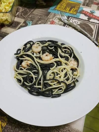 Espaguetis negros y blancos con gambas