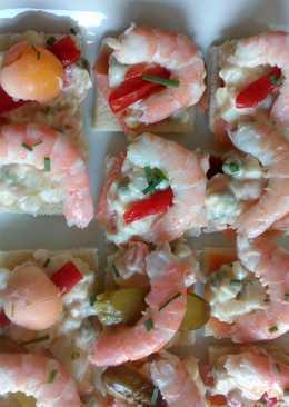 Aperitivo de ensaladilla con langostino y salmón