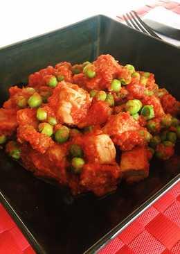 Atún con tomate y guisantes