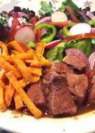 Ternera o cerdo al chocolate con batata especiada y ensalada