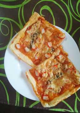 Pizza marinera en masa de hojaldre