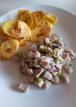 Ceviche con limón, cebolla roja y pimiento verde