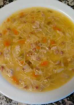 Sopa de pollo con verduras casera