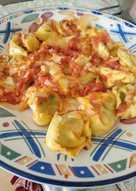 Tortellini de espinacas con salsa de mantequilla y tomate
