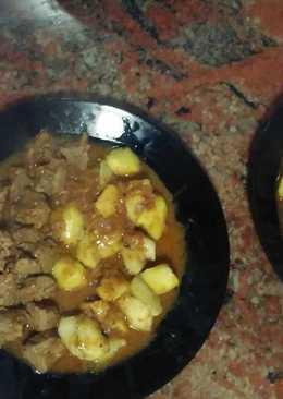 Carne guisada con patatas fritas
