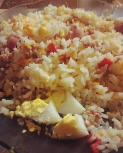 Ensalada de arroz con atún súper colorida