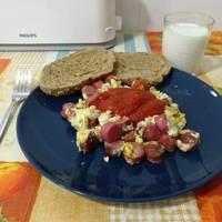 Huevos revueltos con salchicha y tomate frito