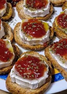 Aperitivo de queso rulo de cabra con mermelada de tomate