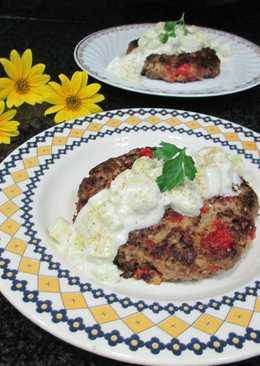 Hamburguesa de carne y verduracon salsa blanca al pepino