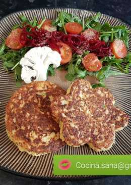 Hamburguesa vegetariana de coliflor con ensalada de la huerta