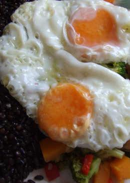 Plato vegetariano de arroz negro y lentejas caviar con hortalizas