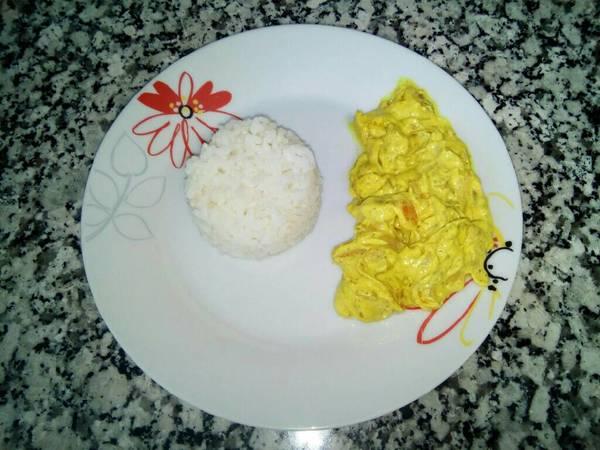 Pollo con nata al curry con arroz blanco