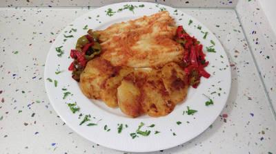 Filetes de merluza al horno con pimientos fritos
