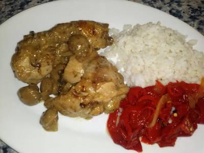 Pollo a la cerveza y champiñones con guarnición de ensalada de pimientos asados y arroz blanco