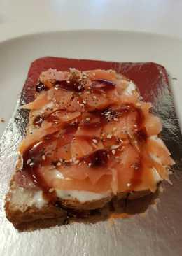 Tosta de salmón ahumado con queso de untar al Pedro Ximénez