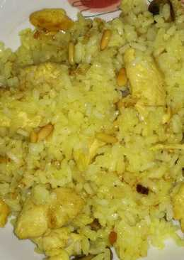 Arroz con pinchitos amarillos de pollo con champiñones y piñones