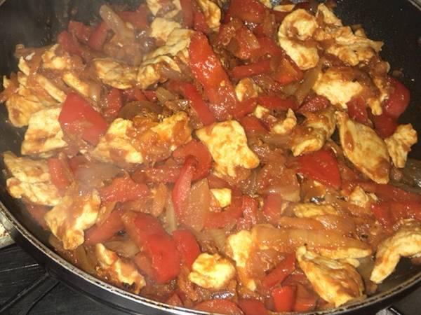 Pechuga de pollo con salsa de tomate, zanahoria y pimiento