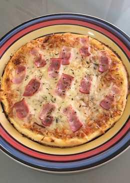Pizza casera de bacon y queso (masa tradicional)