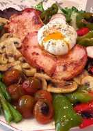 Lomo con verduras variadas, champiñones y huevo poche