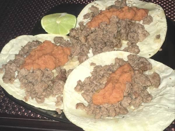 Tacos de carne molida con salsa de tomate