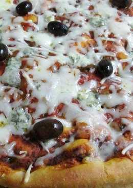 Prepizza con queso azul y olivas negras mallorquinas