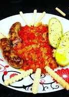 Salchichas con setas y mini calabacines en salsa de pimientos