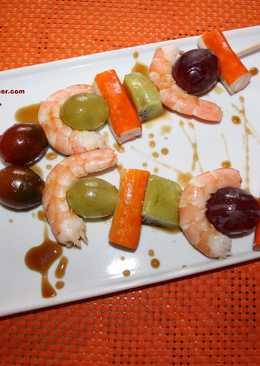 Brochetas frías de frutos del mar y fruta