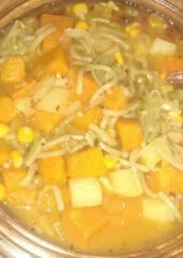 Sopa de fideos y vegetales