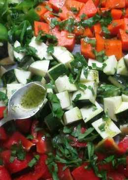 Dados de verduras horneados con salsa de finas hierbas