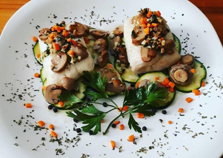 Lomos de merluza con calabacines y boletus