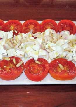 Ensalada de tomates con queso y piñones al orégano