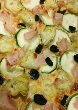 Pizza de alcachofas, calabacín, jamón y aceitunas negras